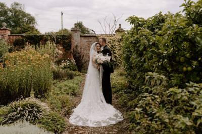 Cottage garden wedding photo inspiration