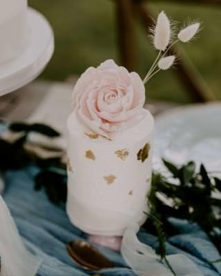 Mini wedding cake sugar flower detail